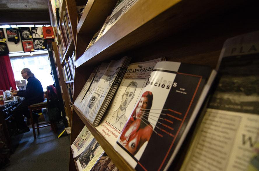 """Blick in den Anarcho-Buchladen """"Bound Together – Anarchist Book Collective"""", seit 1976 Teil der Haight-Street-Kultur"""