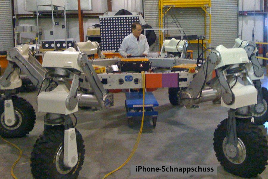 """Brian Wilcox mit einem Prototypen des """"Athlete""""-Roboters"""