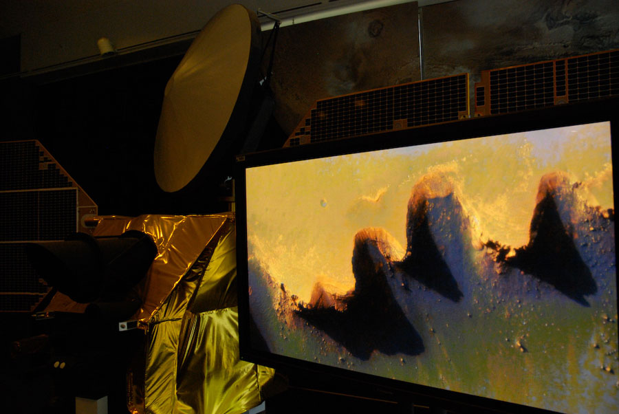 """Mars-Orbiter-Modell beim """"Tag der offenen Tür"""" am JPL"""