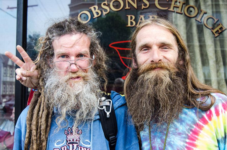 Obdachlose auf der Haight Street in San Francisco in Batik-Kleidung