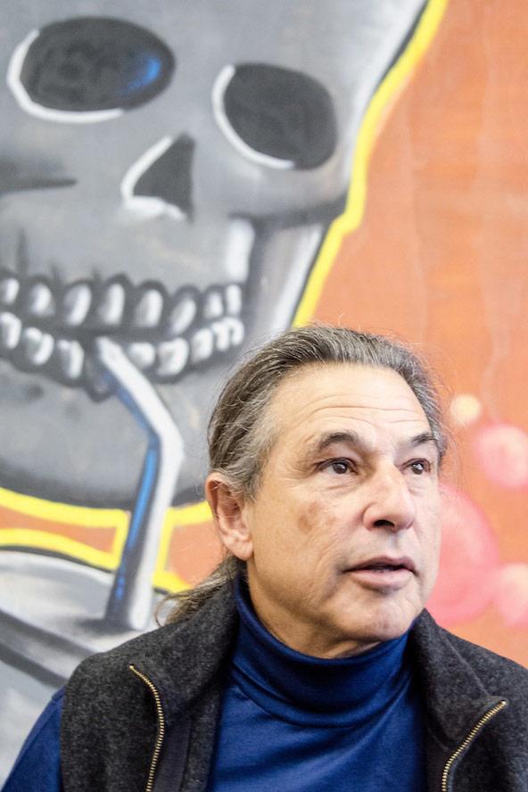 """Tod aus dem Strohhalm? """"Soda Tax""""-Erfinder Jeff Ritterman vor einem Poster"""